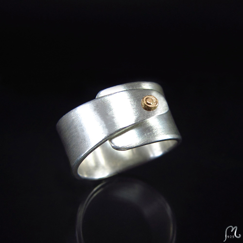 A Capella. Overlap ring in silver & 18 c. gold..