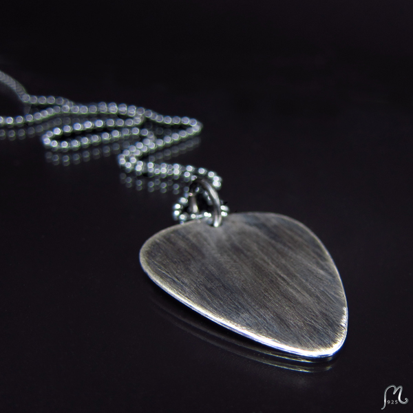 Plectrum necklace in silver. Oxidized or not.