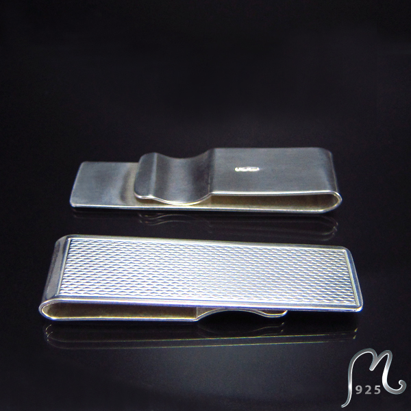 Money clip in silver. Patterned.