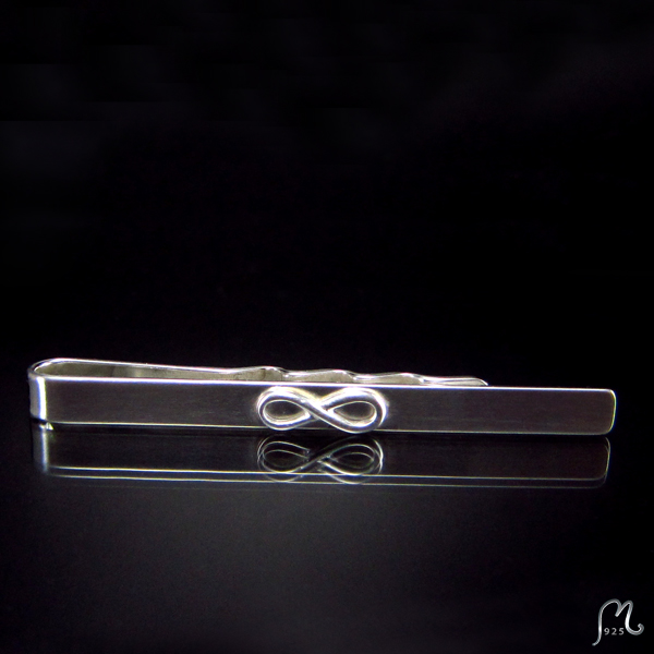 Tie clip in silver with infinity symbol.