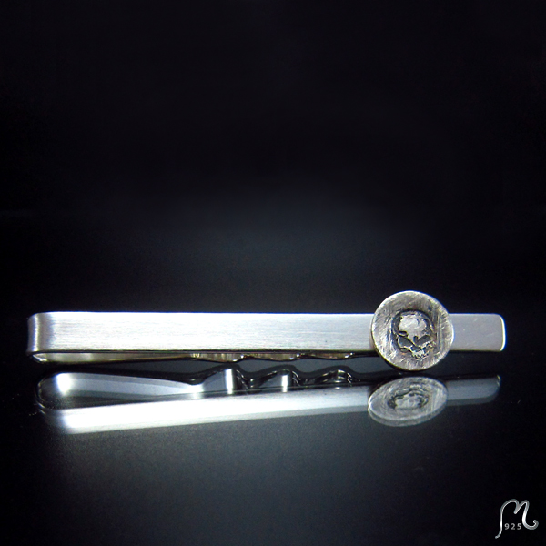 Tie clip in silver with skull motife.