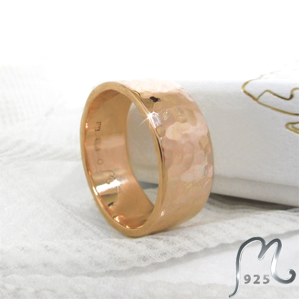 Forged wedding ring in 18 c. gold. 22 gram.