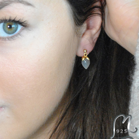 Studs with moonstone. Gold plated.