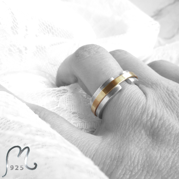 Love ribbon. Contemporary wedding ring in white & red gold 18 c.
